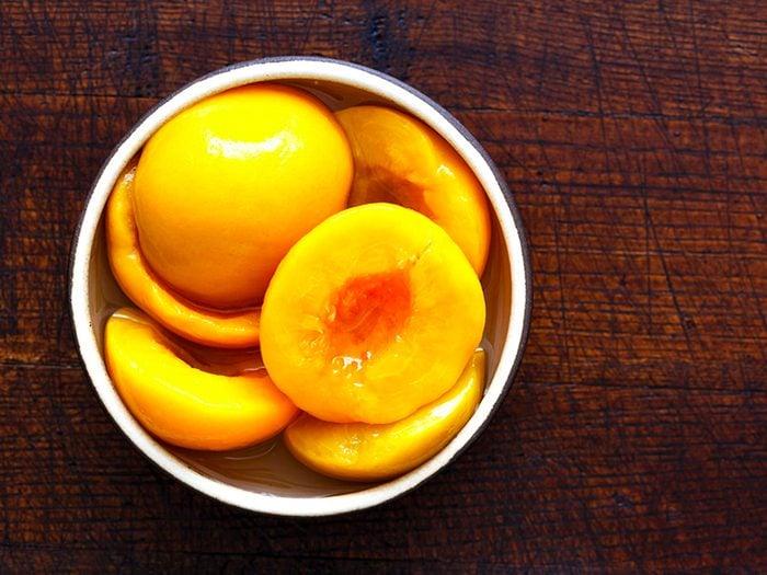 Les fruits au sirop sont des aliments à éviter.