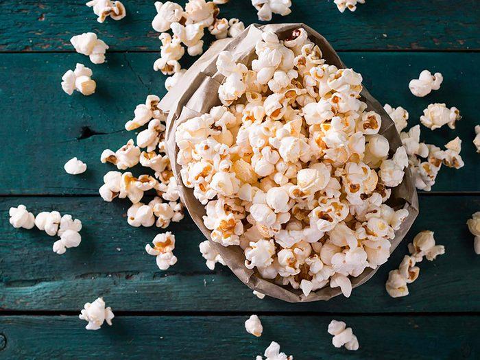 Le maïs soufflé au micro-ondes est l'un des aliments à éviter.