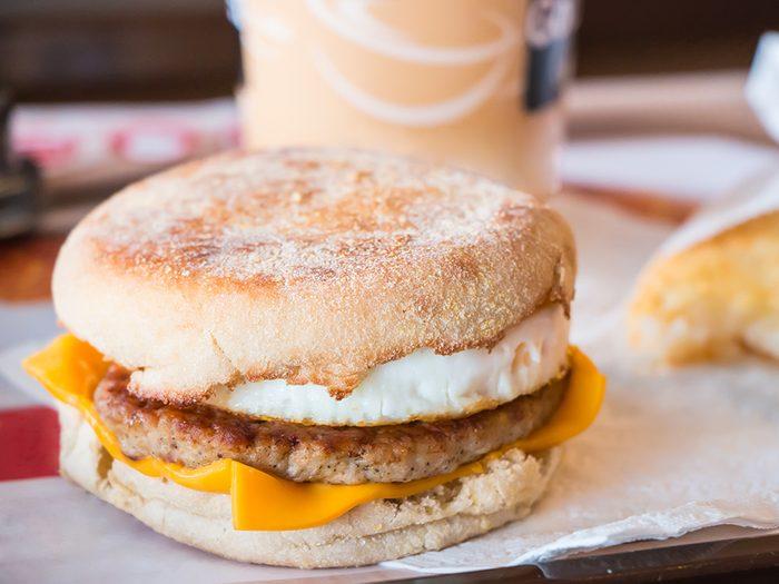Les sandwiches déjeuner congelés sont des aliments à éviter.