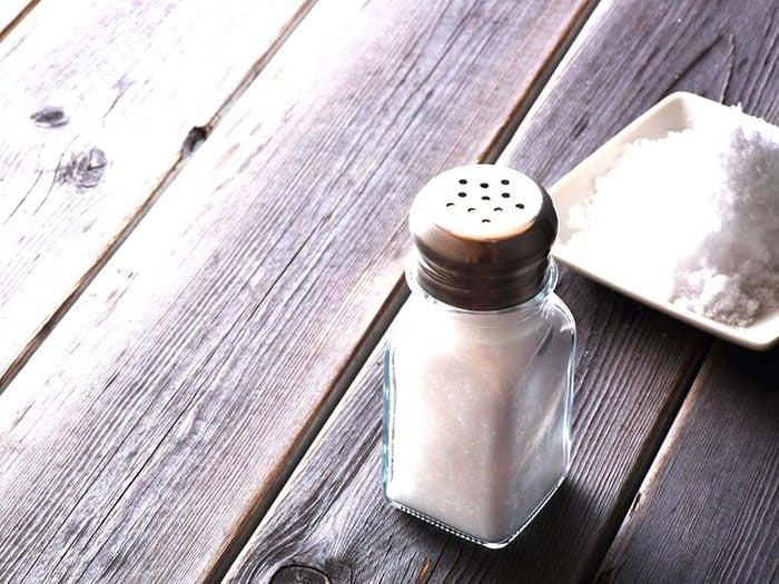 Le sel de table est l'un des aliments à éviter.