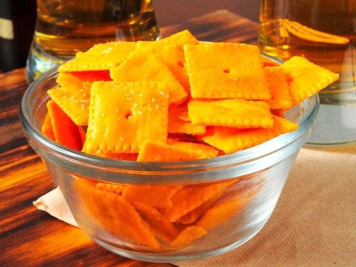 Les collation à saveur de fromage sont des aliments à éviter.