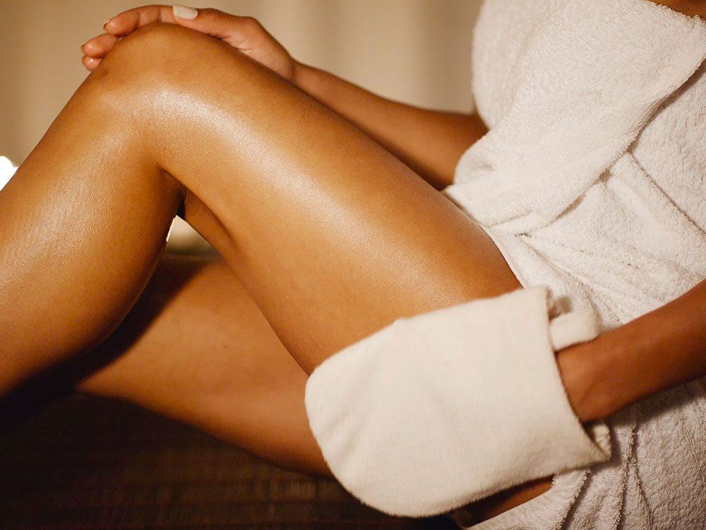 Frictionnez votre peau: un traitement anticellulite efficace.