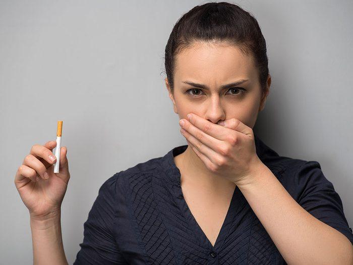 Fumer fait partie des principaux facteurs de risque de cancer buccal.