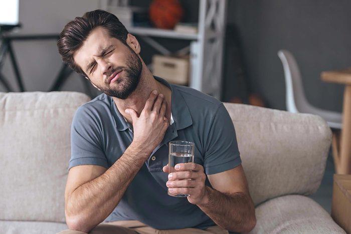 Symptôme de cancer chez l'homme : un mal de gorge persistant.