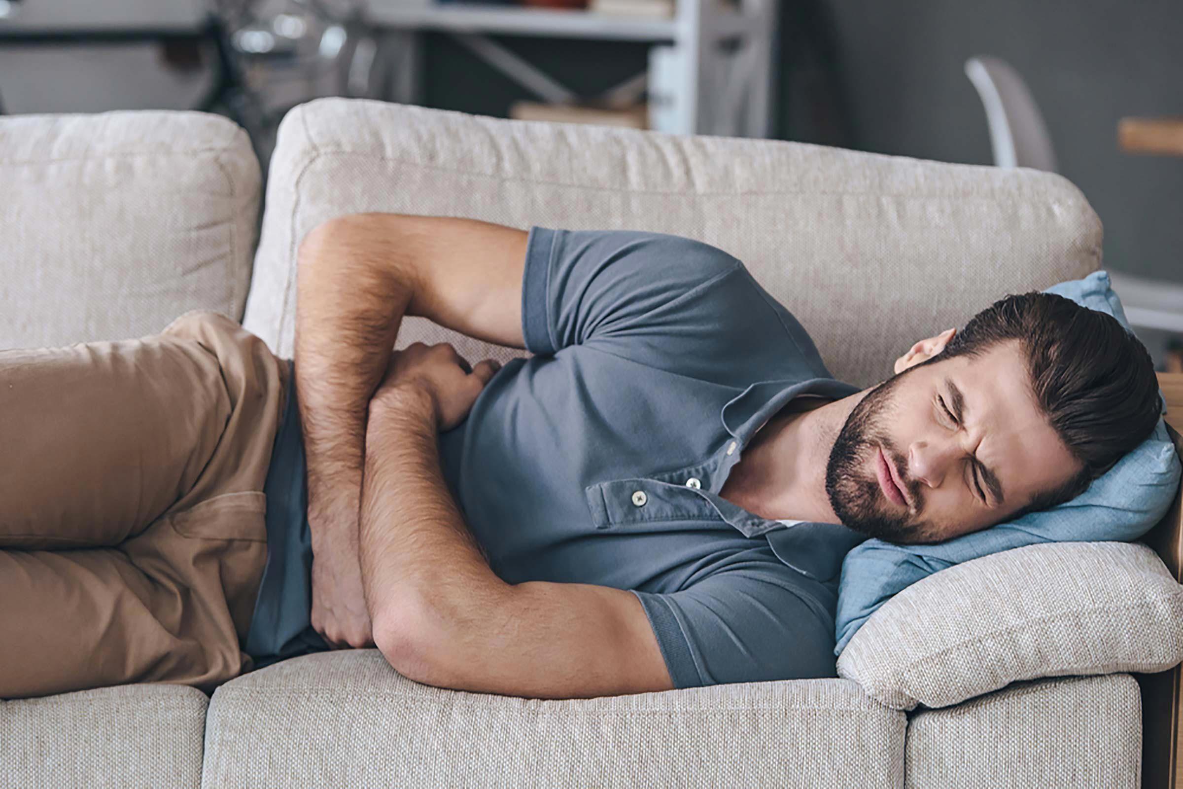 Symptôme de cancer chez l'homme : méfiez-vous d'un mal de ventre.