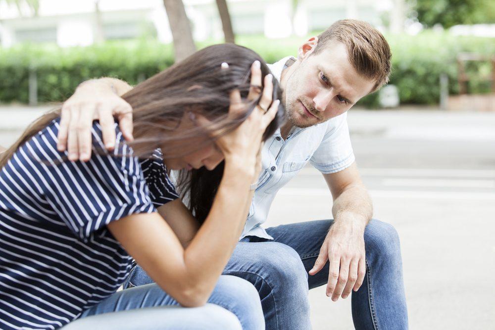 Jeune homme assis auprès d'une femme.