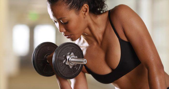 Pour muscler ses bras, faites des flexion de biceps.