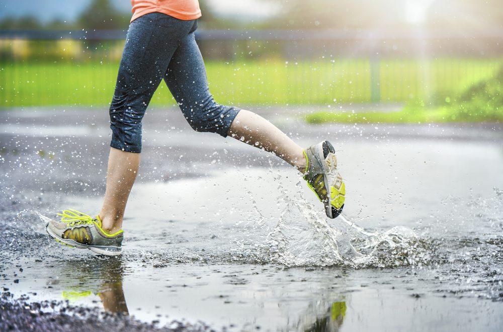 Bien s'équiper aide à courir sous la pluie.