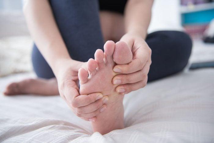 Les verrues affectent plus fréquemment les mains, les pieds