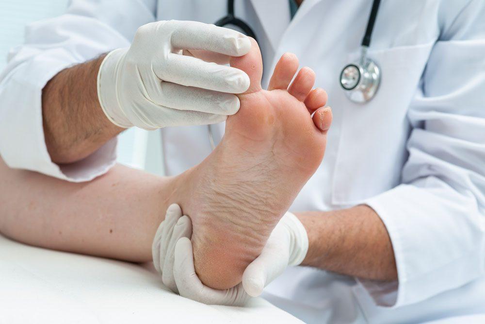 On peut se faire enlever les verrues récalcitrantes par cryothérapie à l'azote liquide, cautérisation électrique ou chirurgie.