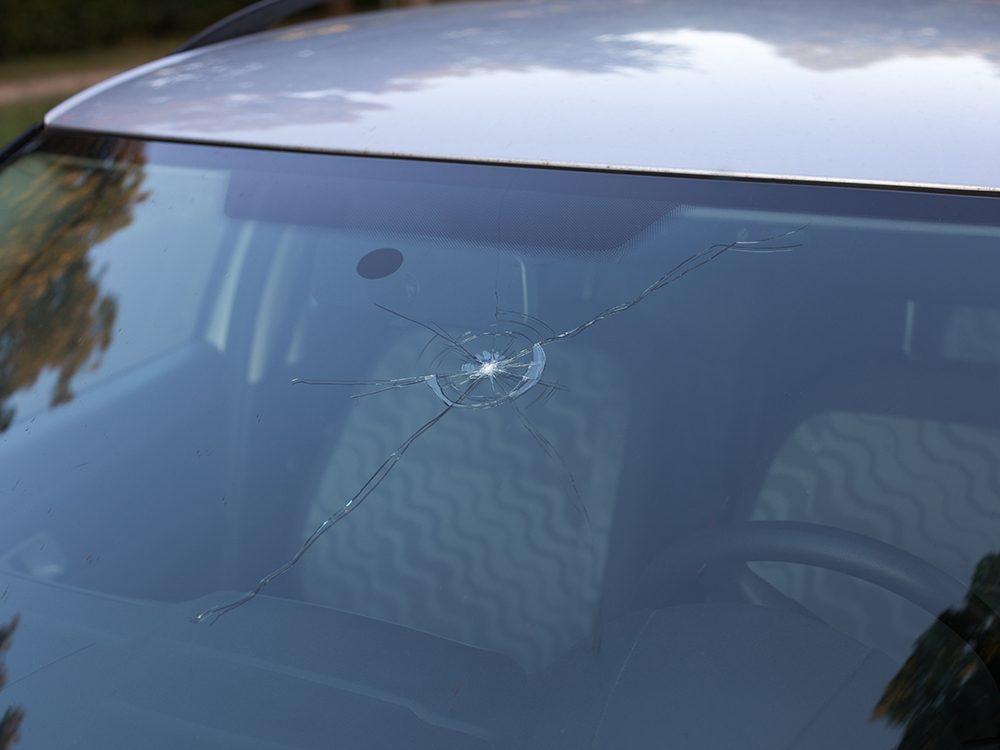 Entretien de la voiture: fissure et éclats de verre sur le pare-brise.