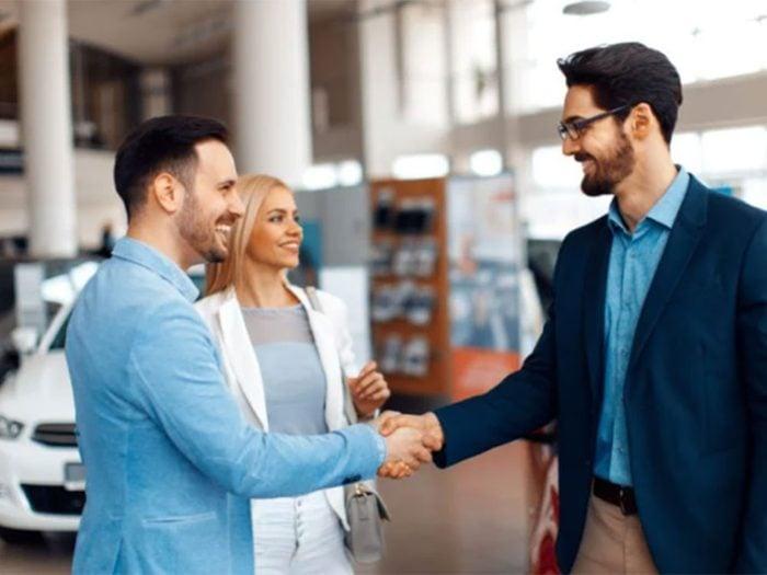 Acheter une voiture: discutez du prix de vente avant de parler de location.