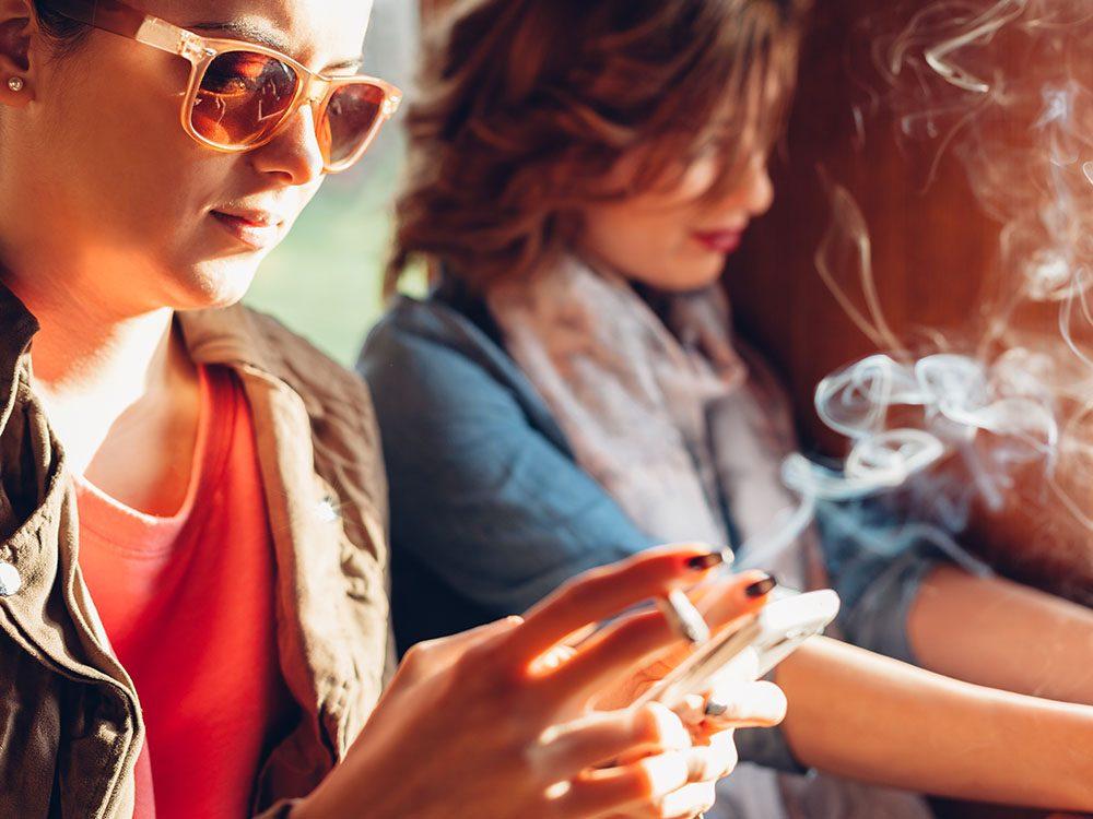 Pour arrêter de fumer, évitez les mauvaises influences.