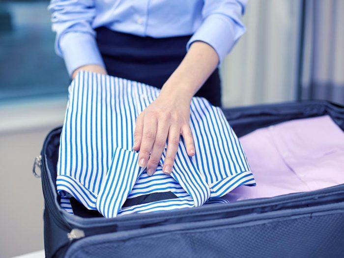 Comment faire sa valise: ajoutez de une feuille d'assouplissant entre vos vêtements.