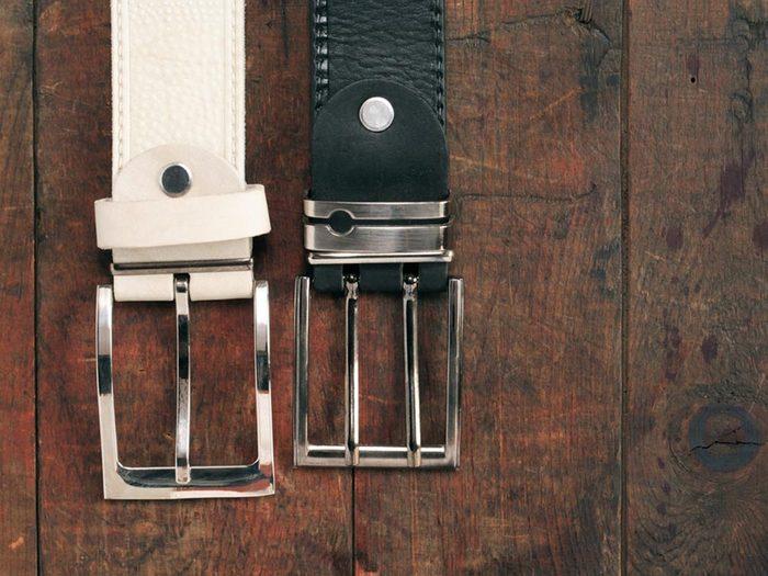 Comment faire sa valise: placez les ceintures à plat.