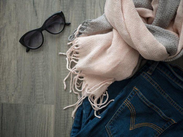 Comment faire sa valise: additionnez les couches de vêtement.
