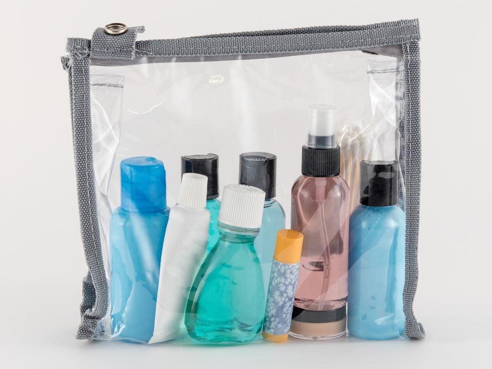 Comment faire sa valise: évitez les déversements en scellant les sacs de liquides.