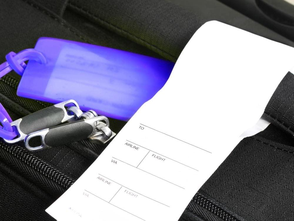 Comment faire sa valise: attachez une étiquette à l'extérieur et à l'intérieur du bagage.
