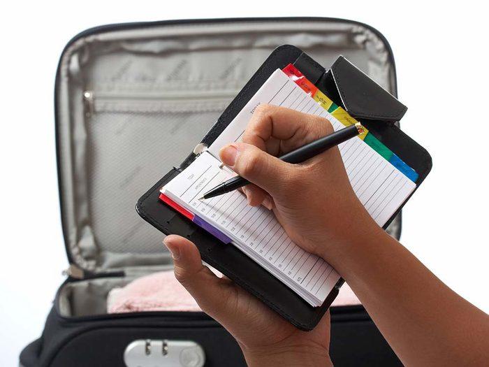 Faire sa valise de façon efficace en faisant une liste.
