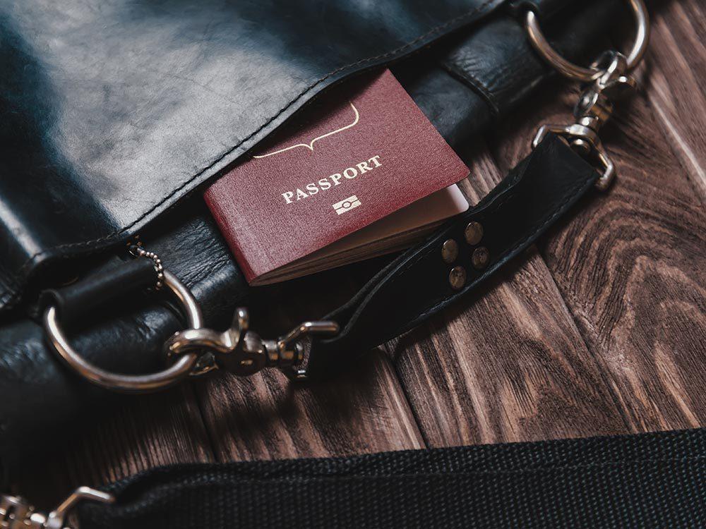 Comment faire sa valise: gardez votre passeport dans votre sac personnel.