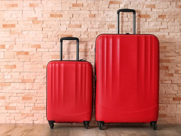 Comment faire sa valise: placez une partie de vos affaires dans la valise de l'autre.