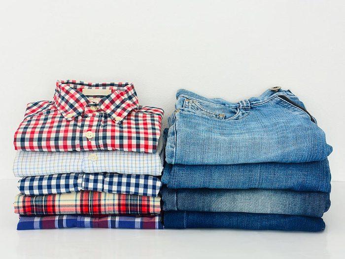 Comment faire sa valise: rangez les vêtements par pile.