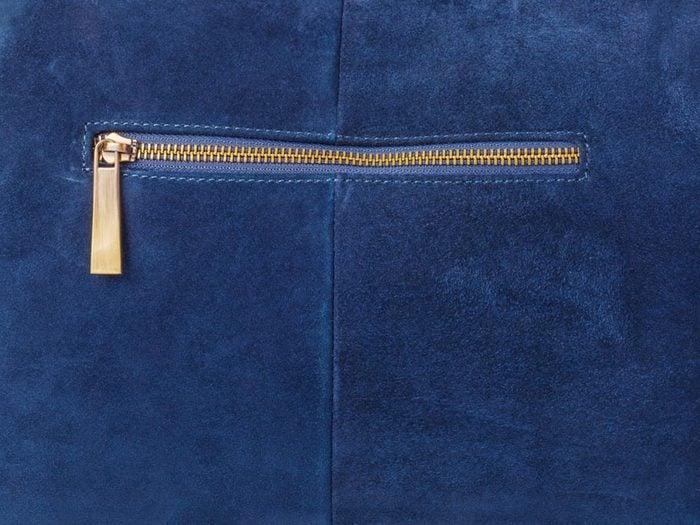 Comment faire sa valise: servez-vous des poches.