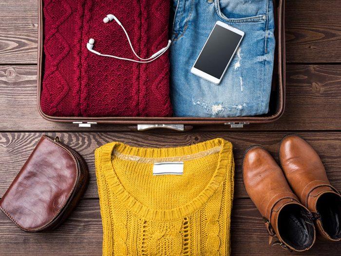 Comment faire sa valise: organisez-vous selon le poids du bagage.