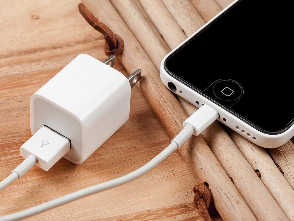 Comment faire sa valise: apportez seulement le cable de recharge.
