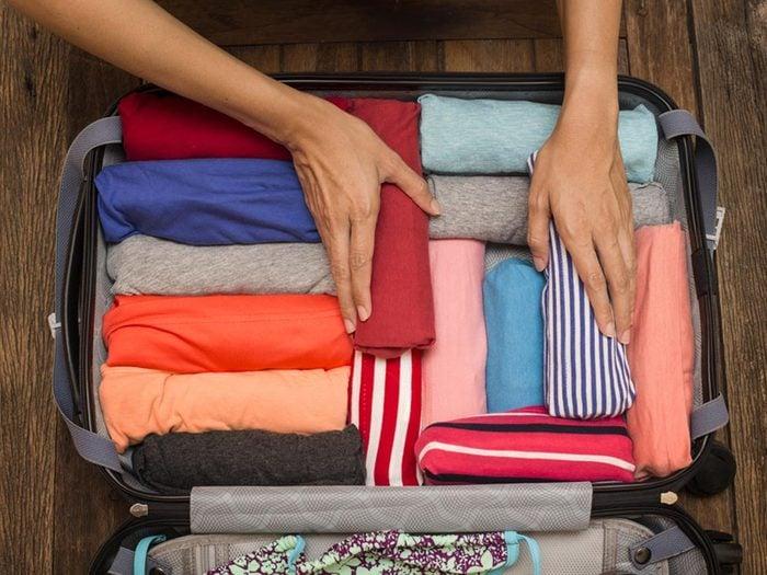 Comment faire sa valise: gagne de l'espace en roulant vos vêtements.