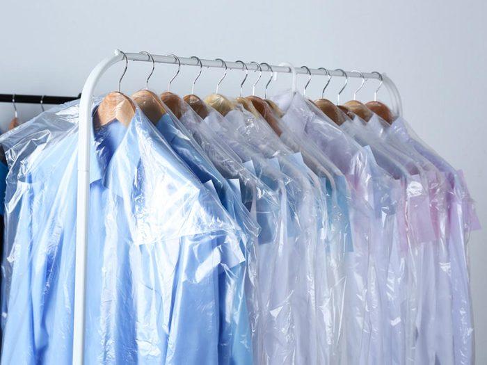Comment faire sa valise: emballez vos vêtements fragiles dans du plastique.