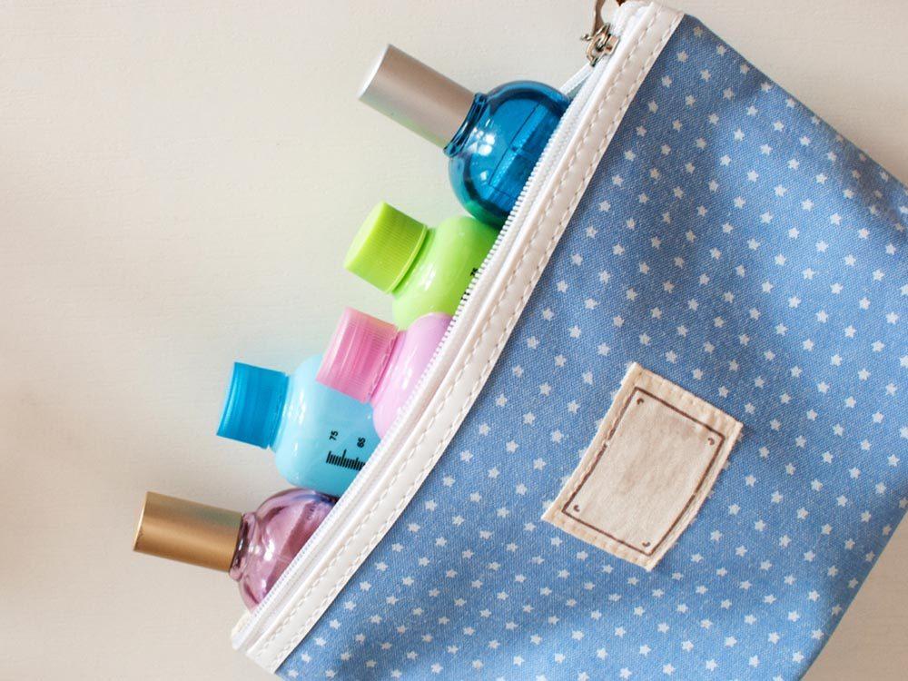 Comment faire sa valise: limitez les articles de toilette personnelle.