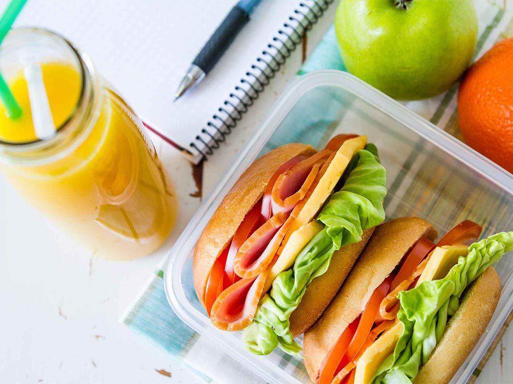 Économiser en préparant des repas à emporter.