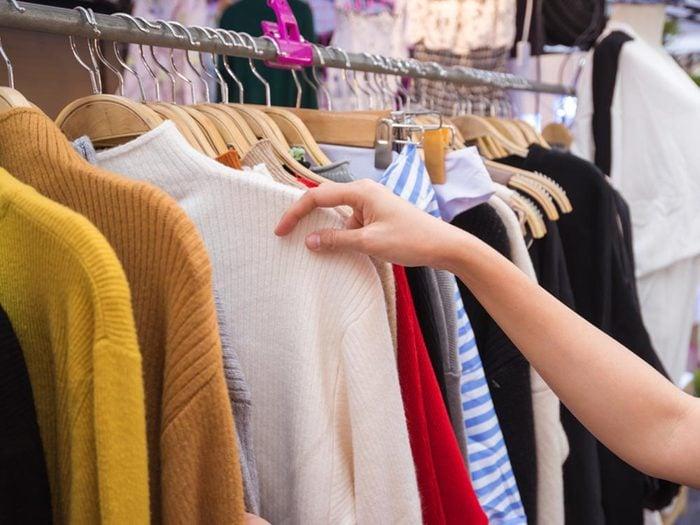 Économiser en arrêtant d'acheter des vêtements.