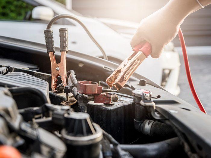 Entretien de la voiture: versez de la boisson gazeuse sur la corrosion si la batterie ne se recharge pas.