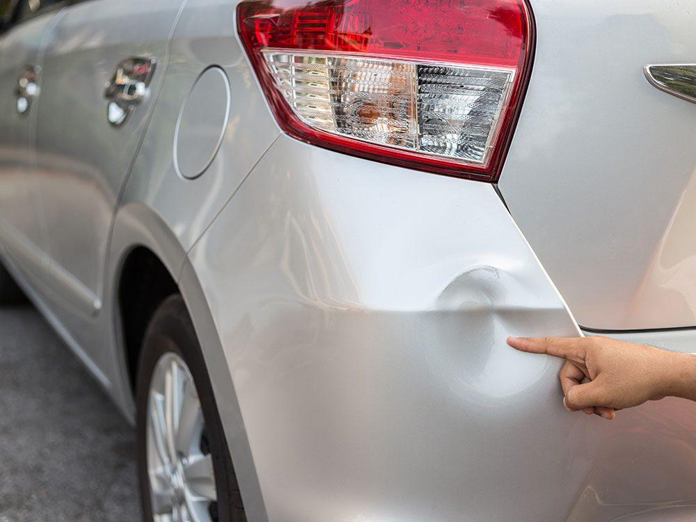 Entretien de la voiture: utilisez un marteau pour les bosses sur la carrosserie.