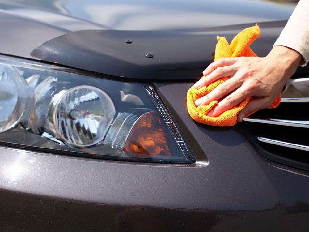 Entretien de la voiture: appliquez de l'huile sur le pare-choc pour retirer la cire.