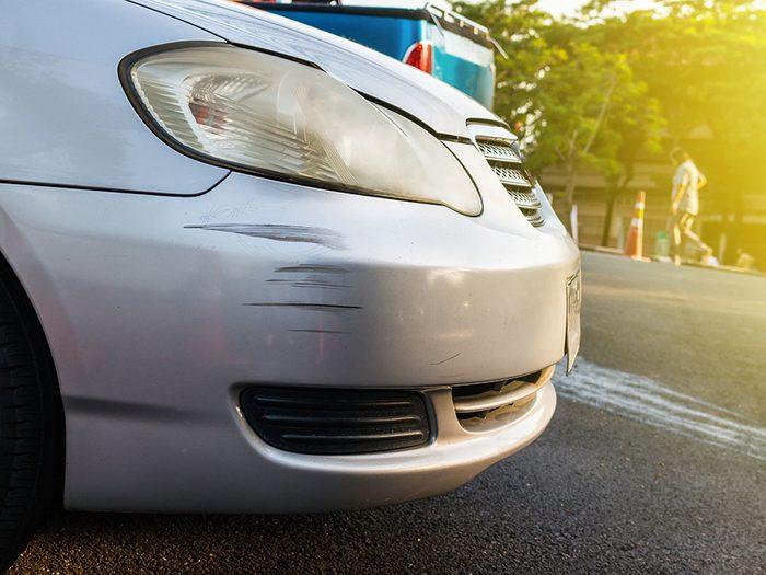 Entretien de la voiture: utilisez de la pâte à polir pour les égratignures.