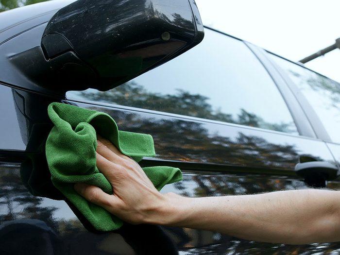 Entretien de la voiture: versez une goûte d'alcool à friction sur la résine pour la faire disparaître.