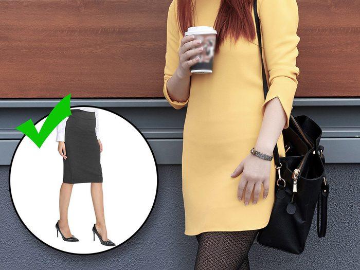 Porter des vêtements informes fait partie des erreurs de style qui vous vieillissent.