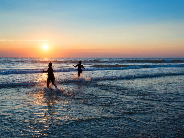 Revivre l'été de votre enfance en faisant un bain de minuit.