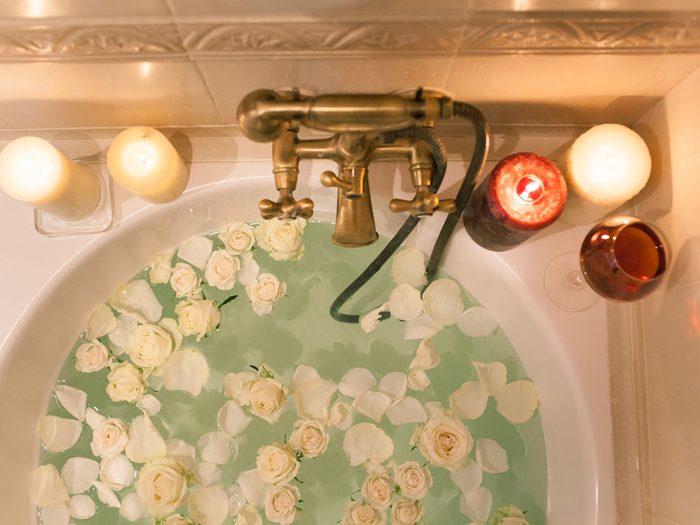 Revivre l'été de votre enfance en ajoutant des fleurs à votre bain.