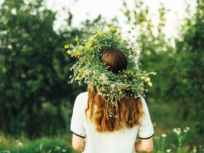 Revivre l'été de votre enfance en portant une couronne de fleurs.