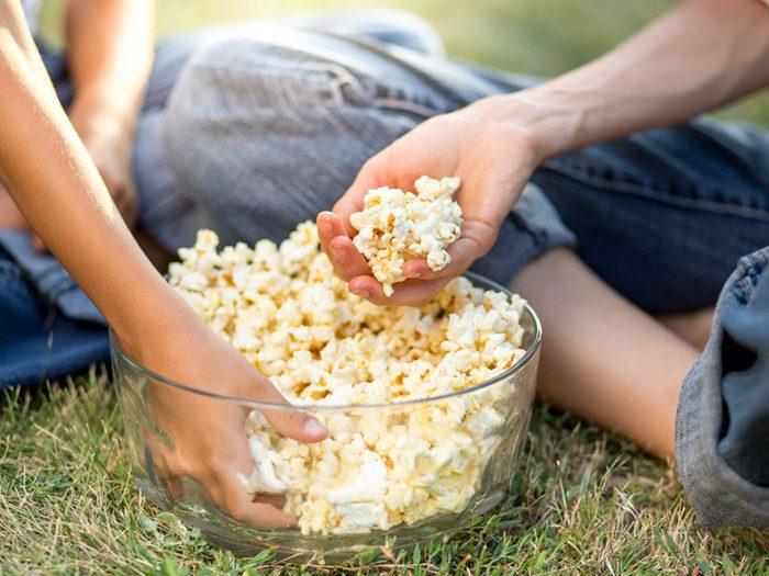 Revivre l'été de votre enfance en regardant un film à l'extérieur.