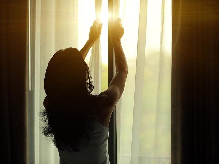 Conservez la fraicheur de la maison en faisant travailler vos fenêtres.