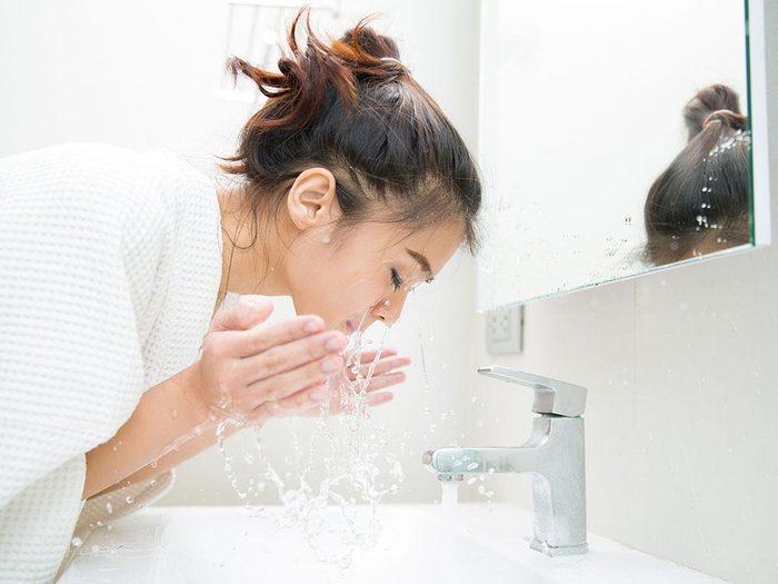 Habitudes à banir: se laver le visage trop souvent.