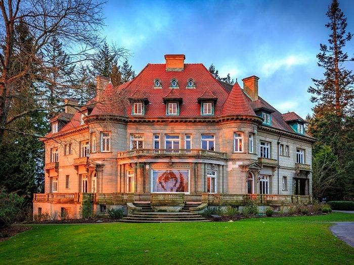 Visitez la maison hantée de Pittock Mansion.