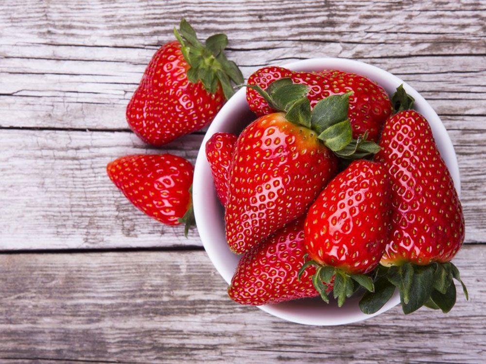 Un masque pour le visage maison à base de fraises.