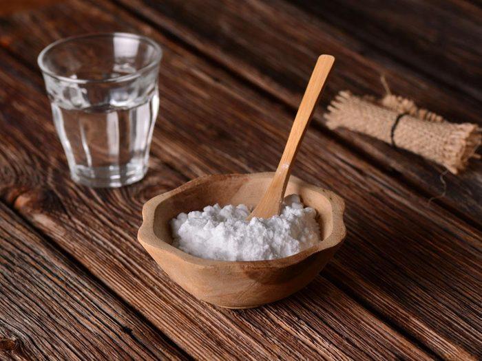 Mauvaise haleine: rincez votre bouche avec du bicarbonate de soude et de la menthe.