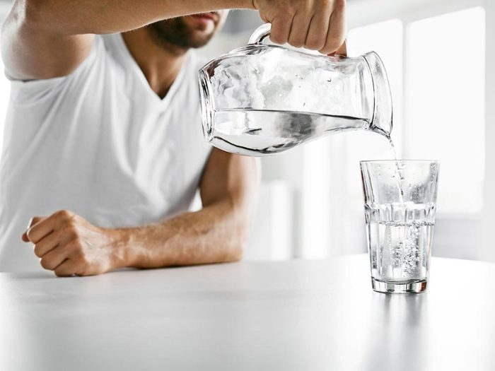 Pour lutter contre la mauvaise haleine, buvez de l'eau.